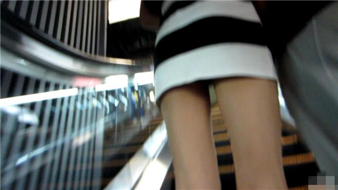 性感的白色高跟黑白条纹连衣裙美眉[/2.21G]