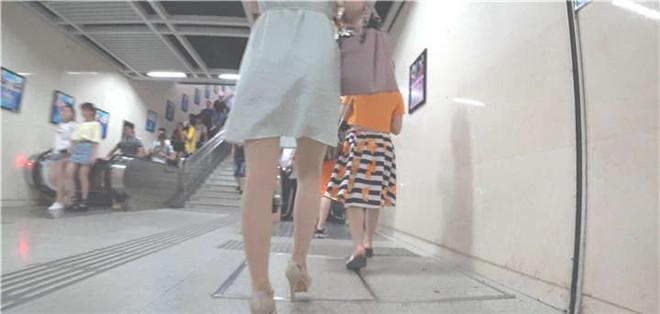 地铁站跟拍连衣裙高跟少妇出站[/532M]