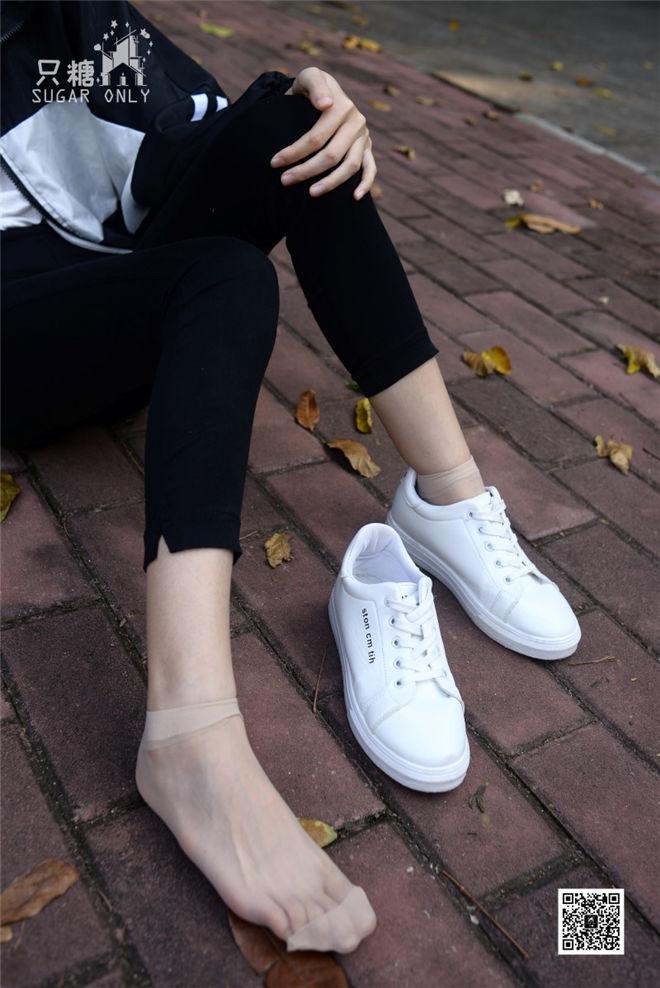 只糖棉袜-NO.037嘉琪秋叶里的小白鞋[/662MB]
