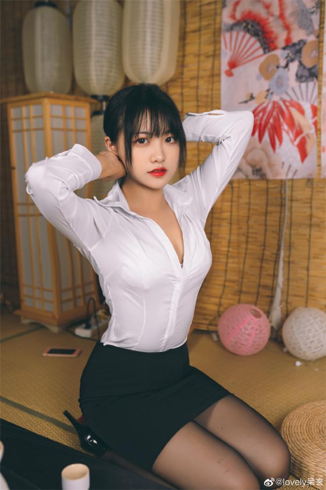 妹子图:知名cosplay博主@lovely呆玄,她长得圆润可人!