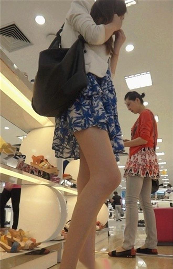 超低角度拍摄在达芙尼鞋店试鞋的极品模特身材美眉[/464M]