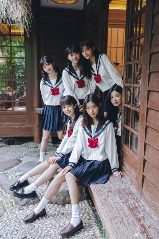 妹子图:别人班的女同学,就是比自己班的漂亮!