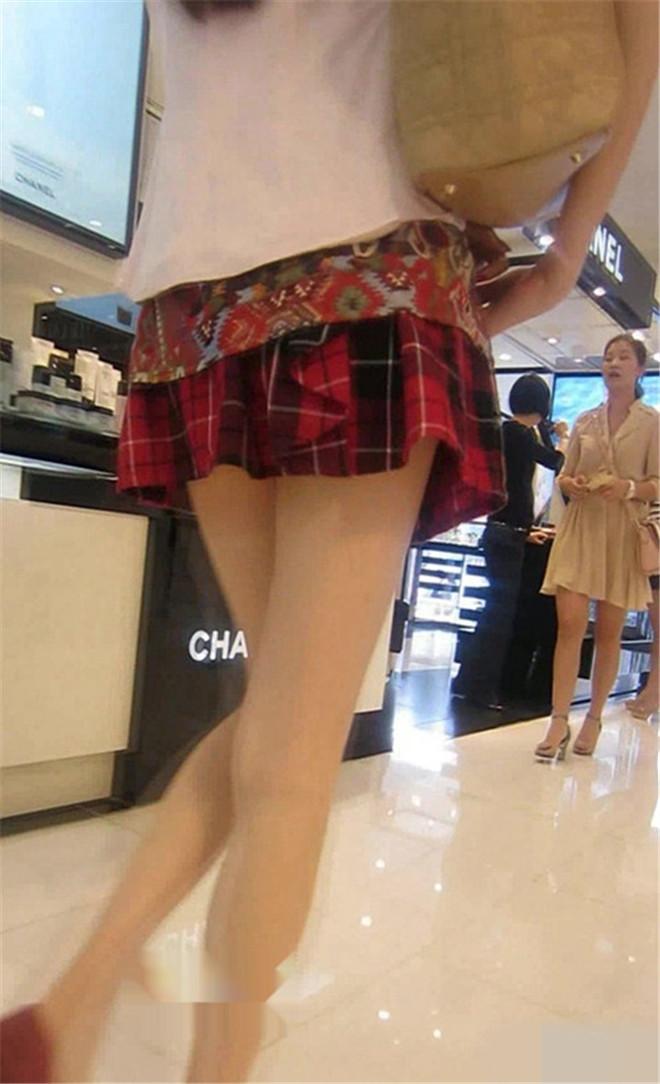 穿格子短裙的女神,太美了[/177M]