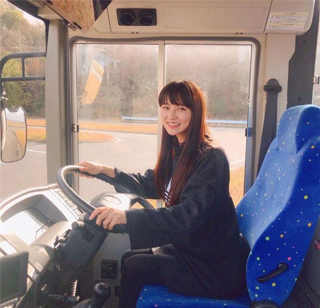 妹子图:最神秘性感女星Aimi,开大巴士的超猛美RU女司机!