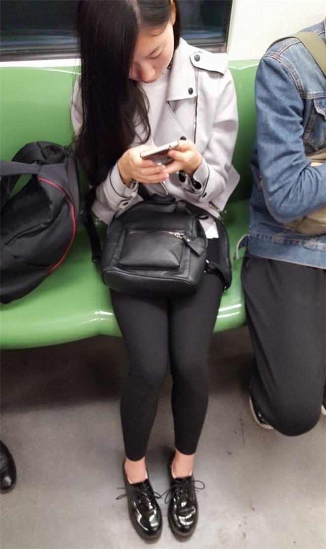 地铁上的黑丝美腿[/735M]