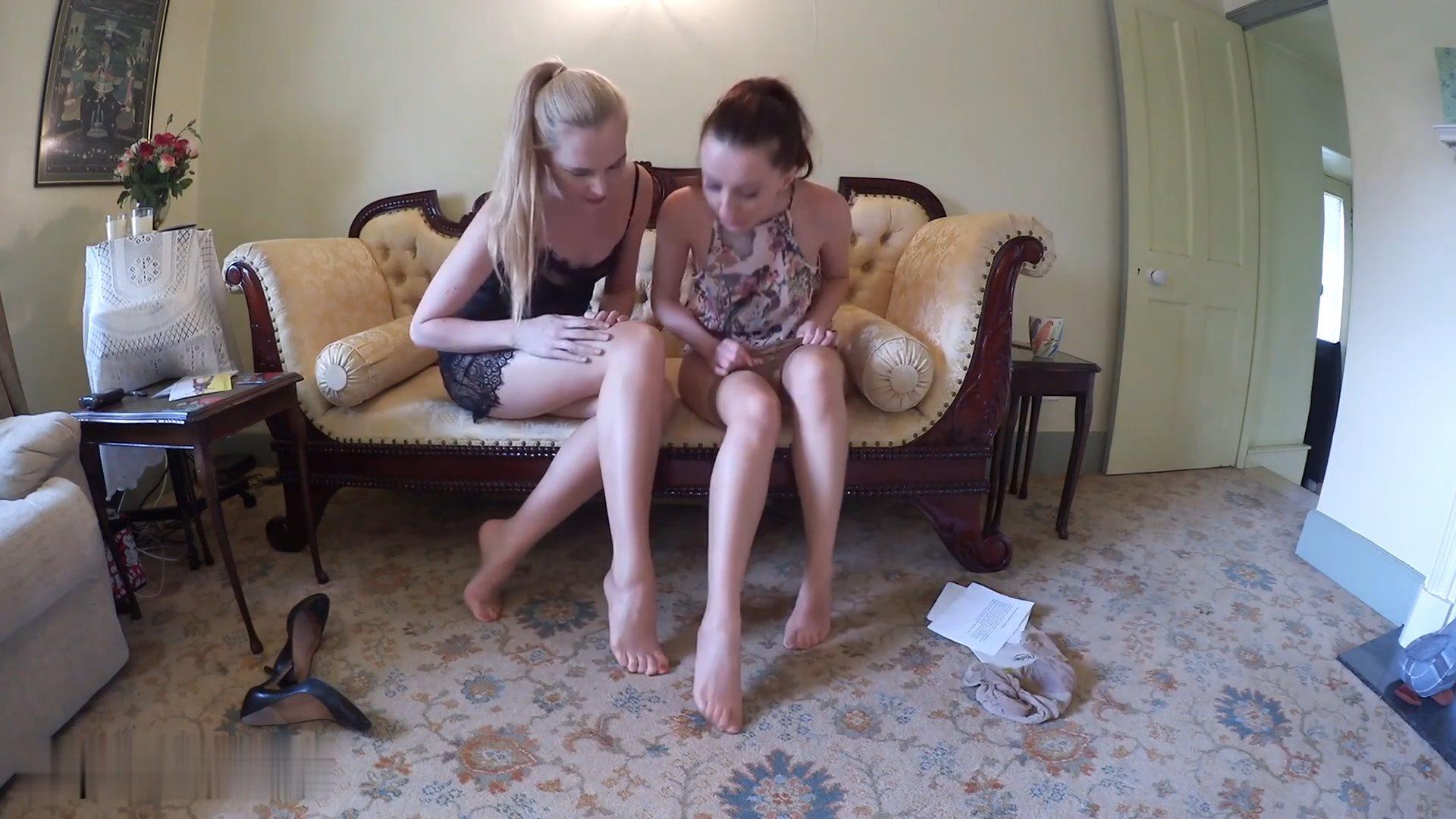 两位美女换丝袜[1080P]