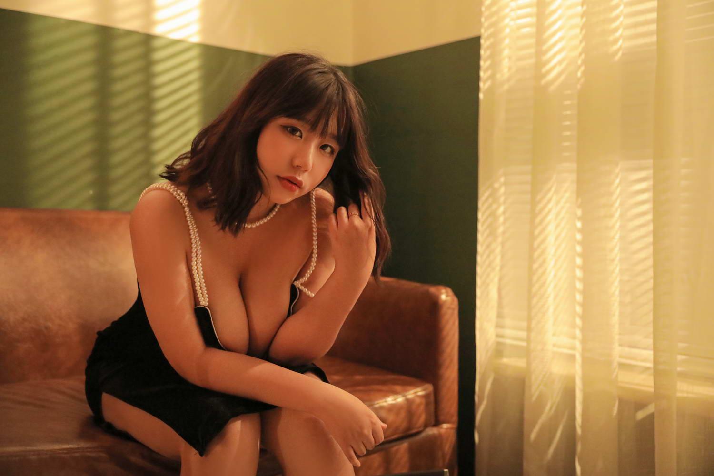 动漫博主穆零Mu0 – 港风黑色小吊带 [/199MB]